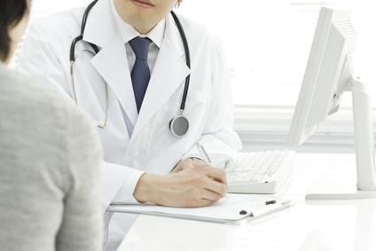 患者の話しを聞く医者